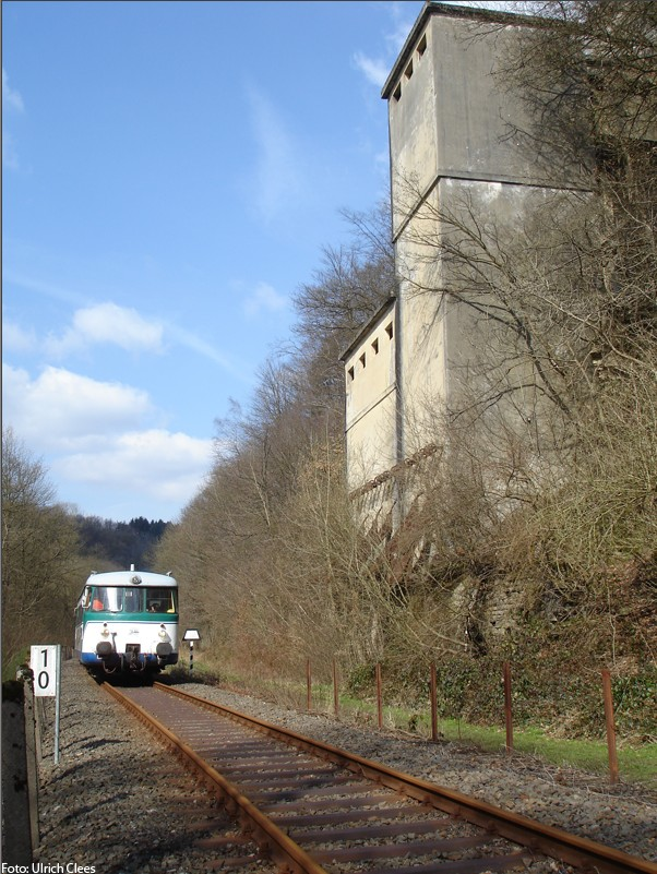 VT1 of the Wiehltalbahn passes the former quarry Kohlmeier (Photo Uli Clees)